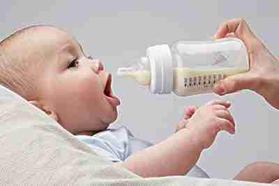 新手爸妈必修课:宝宝呛奶抢救法